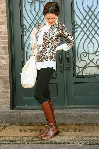 Comment porter: pull à col rond imprimé léopard marron, chemisier à manches longues blanc, jean skinny noir, bottes hauteur genou en cuir marron