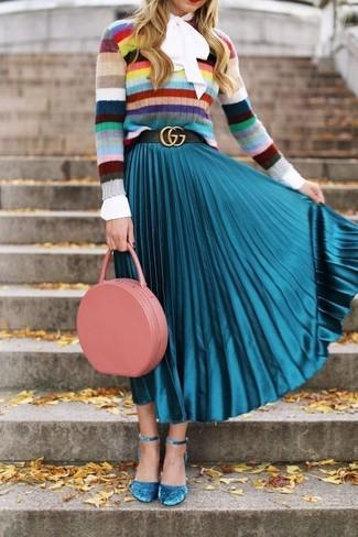 Comment porter: pull à col rond à rayures horizontales multicolore, chemisier à manches longues blanc, jupe mi-longue plissée turquoise, escarpins en daim turquoise