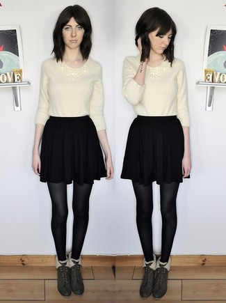 Comment porter: pull à col rond duveteux beige, jupe patineuse noire, bottines en daim vert foncé