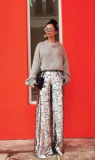 Comment porter: pull à col rond duveteux gris, pantalon large argenté, cartable en cuir matelassé noir