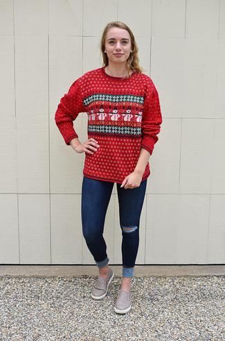 Comment porter: pull à col rond en jacquard rouge, jean skinny déchiré bleu marine, baskets à enfiler en cuir grises