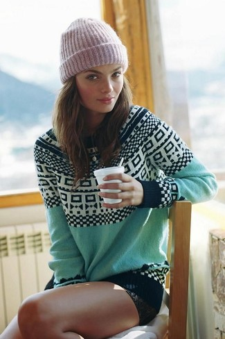 Comment porter: pull à col rond en jacquard vert menthe, short en denim noir, bonnet rose