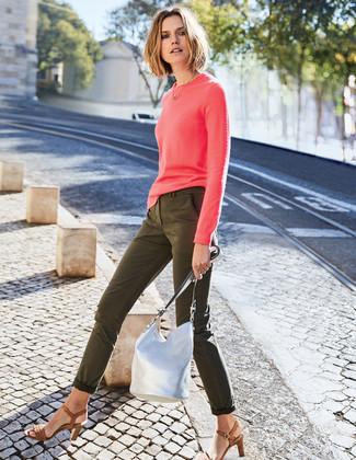 Comment porter: pull à col rond fuchsia, jean skinny olive, sandales à talons en cuir marron, sac bourse en cuir argenté