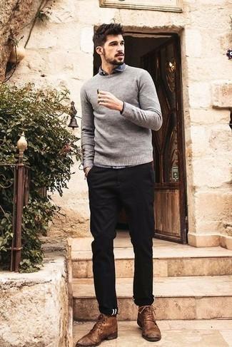Comment porter des bottines chukka en cuir marron: Associe un pull à col rond gris avec un pantalon chino noir pour une tenue confortable aussi composée avec goût. Une paire de des bottines chukka en cuir marron est une option parfait pour complèter cette tenue.