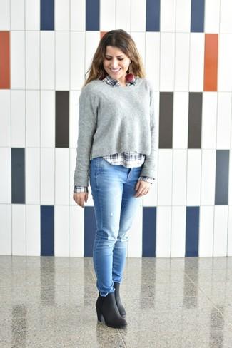 Comment porter: pull à col rond gris, chemise de ville écossaise blanc et bleu marine, jean skinny déchiré bleu clair, bottines en cuir noires