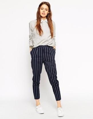 Comment porter: pull à col rond gris, chemise de ville blanche, pantalon de costume à rayures verticales bleu marine, baskets basses blanches