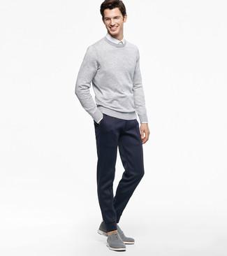 Comment porter: pull à col rond gris, chemise de ville blanche, pantalon de jogging bleu marine, chaussures richelieu en toile grises