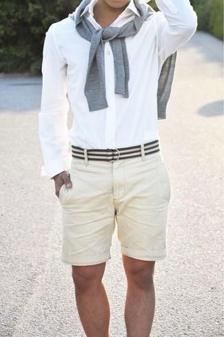 Comment porter: pull à col rond gris, chemise de ville blanche, short beige, ceinture en toile à rayures horizontales blanche et noire