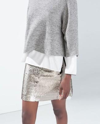 Comment porter: pull à col rond gris, chemisier à manches longues blanc, minijupe pailletée argentée