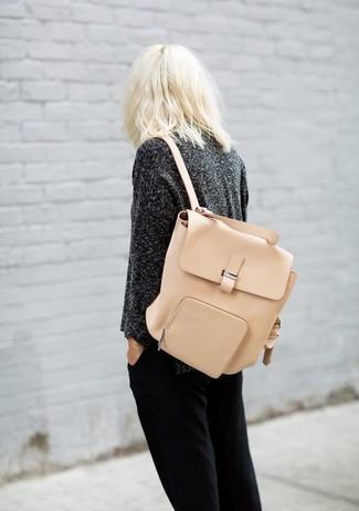 Comment porter: pull à col rond gris foncé, pantalon de jogging noir, sac à dos en cuir beige