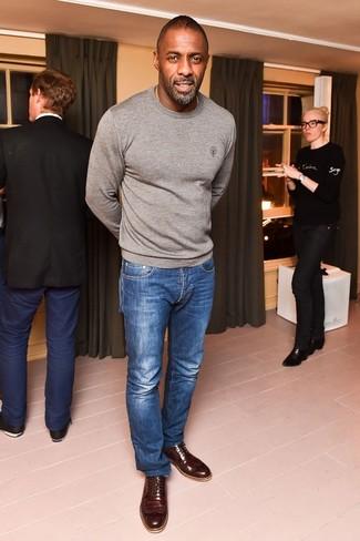 Tenue de Idris Elba: Pull à col rond gris, Jean bleu, Chaussures brogues en cuir marron foncé