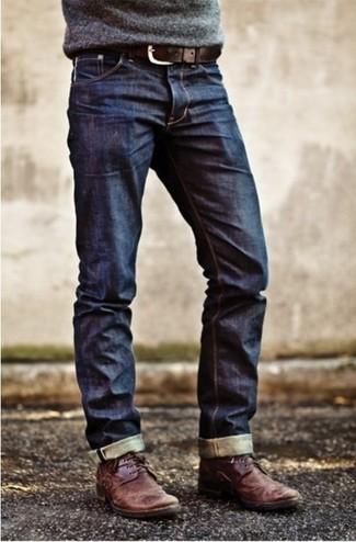 Ce combo d'un pull à col rond gris et d'un jean bleu marine te permettra de garder un style propre et simple en dehors des horaires de bureau. Une paire de des bottines chukka en cuir bordeaux s'intégrera de manière fluide à une grande variété de tenues.