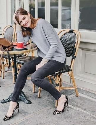 Comment porter: pull à col rond gris, jean skinny gris foncé, escarpins en daim imprimés léopard marron clair