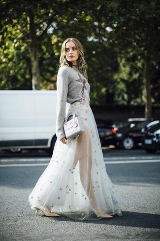 Comment porter: pull à col rond à étoiles gris, jupe longue de tulle blanche, escarpins en cuir marron clair, sac bandoulière en cuir gris