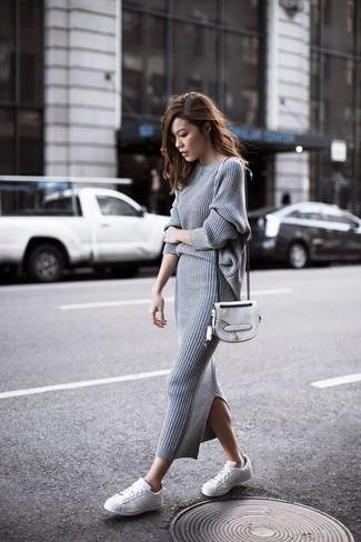 Tenue: Pull à col rond gris, Jupe mi-longue en tricot grise, Baskets basses en cuir blanches, Sac bandoulière en cuir blanc