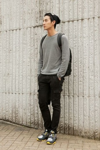 Comment porter: pull à col rond gris, pantalon cargo noir, chaussures de sport grises, sac à dos en cuir noir