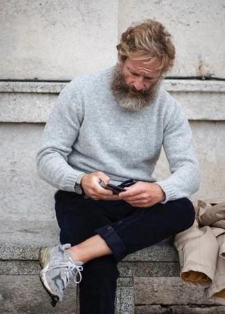 Comment porter une montre en cuir beige: Pense à harmoniser un pull à col rond gris avec une montre en cuir beige pour une tenue idéale le week-end. Assortis ce look avec une paire de des chaussures de sport grises.
