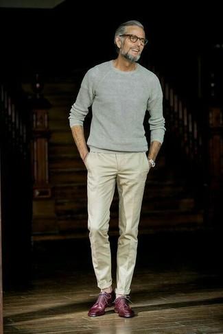 Comment porter: pull à col rond gris, pantalon de costume beige, chaussures derby en cuir bordeaux, montre argentée
