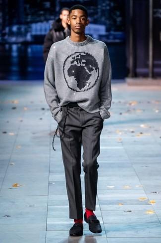 Comment porter: pull à col rond imprimé gris, pantalon de costume gris foncé, slippers en daim noirs, chaussettes rouges