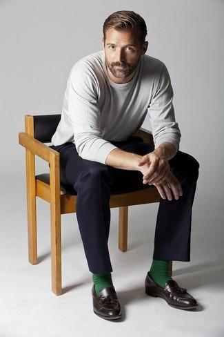 Comment porter: pull à col rond gris, pantalon de costume noir, mocassins à pampilles en cuir marron foncé, chaussettes vertes
