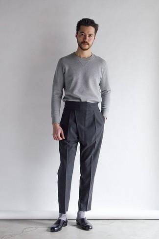 Comment s'habiller en automne: Opte pour un pull à col rond gris avec un pantalon de costume noir pour une silhouette classique et raffinée. Cette tenue est parfait avec une paire de des slippers en cuir noirs. Cette tenue est un superbe exemple de la tenue toute automnale.