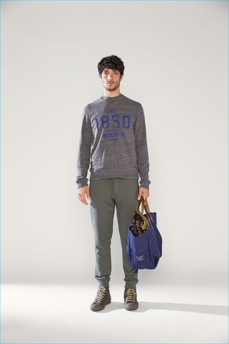 Comment porter: pull à col rond imprimé gris, pantalon de jogging olive, baskets montantes olive, sac fourre-tout en toile bleu marine