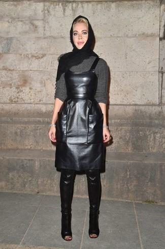 Comment porter: pull à col rond gris, robe chasuble en cuir noire, cuissardes en cuir noires, écharpe noire