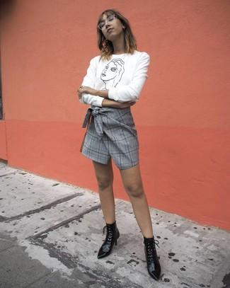 Comment porter: pull à col rond imprimé blanc et noir, minijupe écossaise grise, bottines à lacets en cuir noires