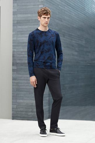 Comment porter: pull à col rond imprimé bleu marine, pantalon de costume noir, baskets basses en cuir noires