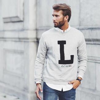 Comment porter: pull à col rond imprimé gris, chemise à manches longues blanche, jean bleu marine