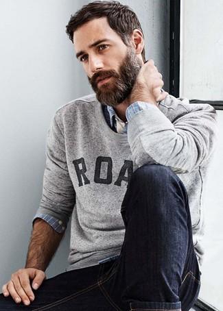 Comment porter: pull à col rond imprimé gris, chemise à manches longues écossaise bleu clair, jean skinny noir