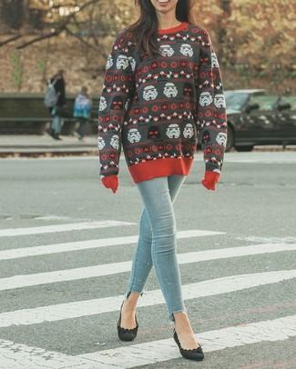 Comment porter: pull à col rond imprimé gris foncé, jean skinny bleu clair, escarpins en daim noirs