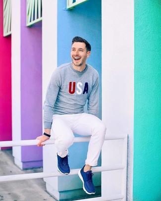 Comment porter: pull à col rond imprimé gris, pantalon chino blanc, chaussures de sport bleu marine