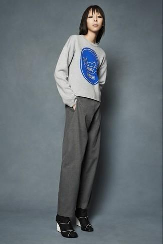 Comment porter: pull à col rond imprimé gris, pantalon large gris, bottines en daim noires