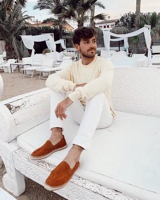 Comment porter: pull à col rond imprimé jaune, jean blanc, espadrilles en daim tabac