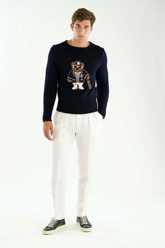Comment porter: pull à col rond imprimé noir, pantalon de costume blanc, baskets basses en cuir noires
