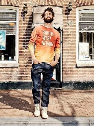 Comment porter: pull à col rond imprimé orange, jean bleu marine, chaussures derby en daim blanches