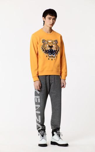Comment porter: pull à col rond imprimé orange, pantalon de jogging gris, bottes de travail en cuir blanches