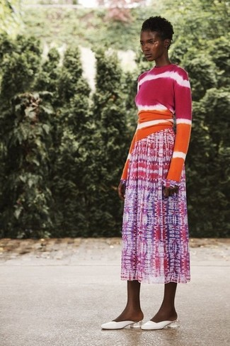 Comment porter: pull à col rond imprimé tie-dye fuchsia, jupe mi-longue imprimé tie-dye fuchsia, mules en cuir blanches