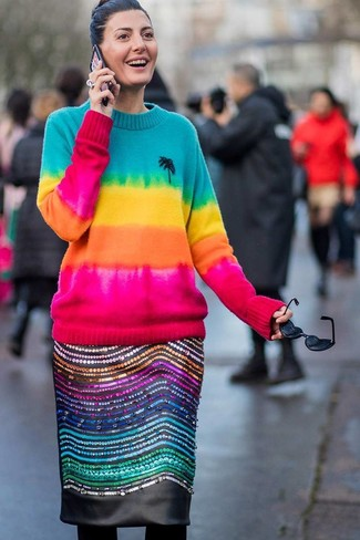 Comment porter: pull à col rond imprimé tie-dye multicolore, jupe crayon en cuir ornée noire, collants en laine noirs