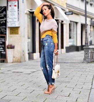 Comment porter: pull à col rond à motif zigzag jaune, jean boyfriend déchiré bleu, escarpins en cuir marron clair, cartable en cuir matelassé blanc
