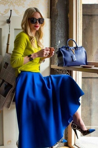 Choisis pour le confort dans un pull et une jupe longue plissée bleue. Une paire de des escarpins imprimés léopard bleus est une façon simple d'améliorer ton look.