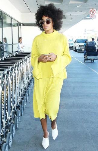 Comment porter: pull à col rond jaune, jupe mi-longue plissée jaune, mules en cuir blanches, lunettes de soleil marron foncé