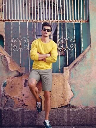 Comment porter: pull à col rond jaune, short gris, baskets basses en cuir bleu marine, lunettes de soleil noires
