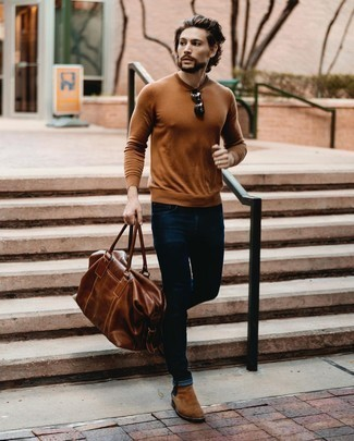 Comment porter un pull à col rond tabac: Essaie d'associer un pull à col rond tabac avec un jean bleu marine pour un look de tous les jours facile à porter. Apportez une touche d'élégance à votre tenue avec une paire de bottines chelsea en daim marron.