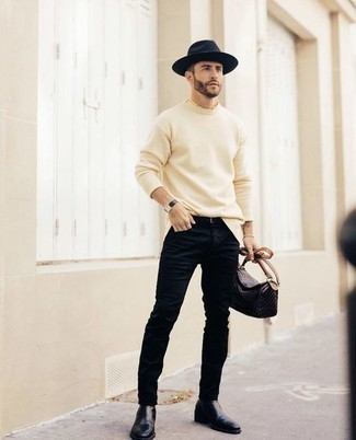 Comment porter une ceinture en cuir noire: Opte pour un pull à col rond beige avec une ceinture en cuir noire pour une tenue idéale le week-end. D'une humeur audacieuse? Complète ta tenue avec une paire de bottines chelsea en cuir bleu marine.
