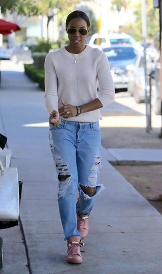 Comment porter: pull à col rond blanc, jean boyfriend déchiré bleu clair, baskets montantes en cuir roses, lunettes de soleil noires