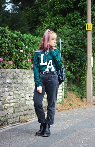 Comment porter: pull à col rond imprimé vert foncé, jean boyfriend noir, bottines chelsea en cuir noires, sac à dos en cuir noir