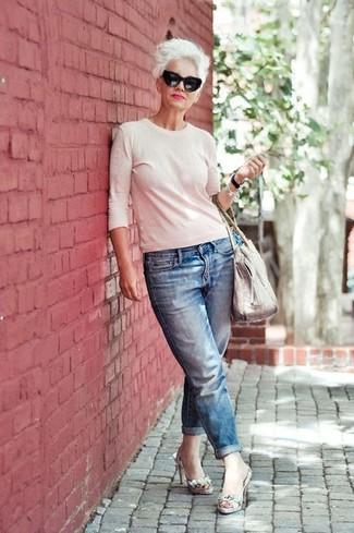 Comment porter un pull à col rond blanc: Pense à porter un pull à col rond blanc et un jean boyfriend bleu pour un look idéal le week-end. Une paire de des sandales à talons en cuir imprimées serpent grises est une option judicieux pour complèter cette tenue.