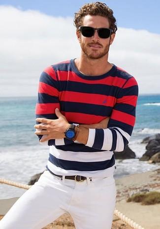Comment porter: pull à col rond à rayures horizontales blanc et rouge et bleu marine, jean blanc, ceinture en cuir marron foncé, montre en cuir noir et bleu